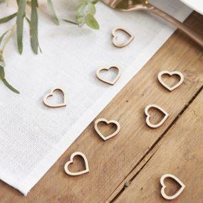 Konfetti-Herzen aus Holz als Tischdeko