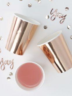 Papierbecher in rosé gold